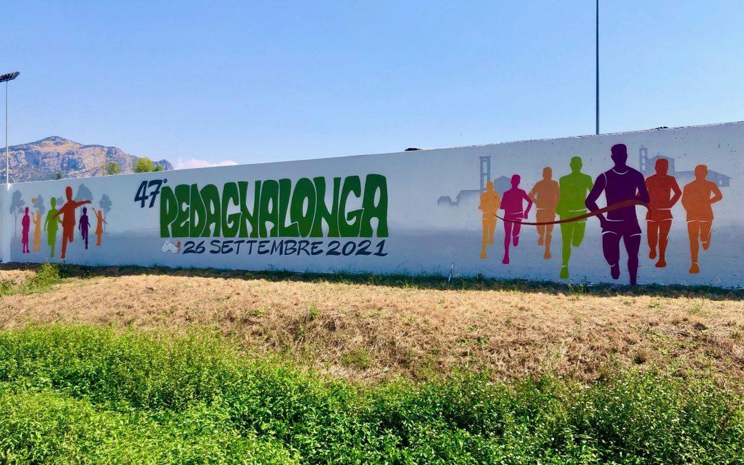 Ecco il nuovo murale della Pedagnalonga. Corsa e passeggiata unite dal ritorno alla monumentale scritta sul muro del campo sportivo